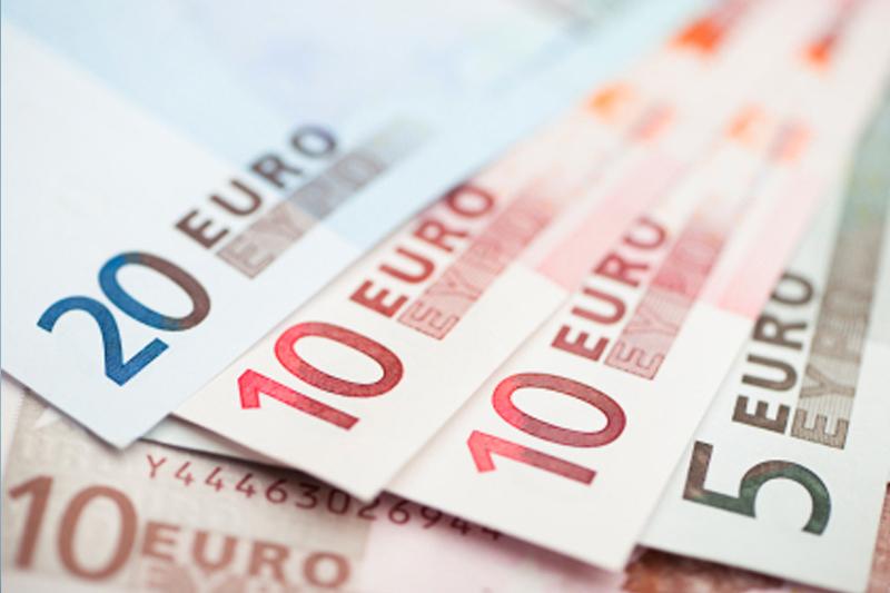 Cредний курс покупки/продажи наличного евро в банках Москвы на 13:00 мск составил 88,66/90,59 руб.