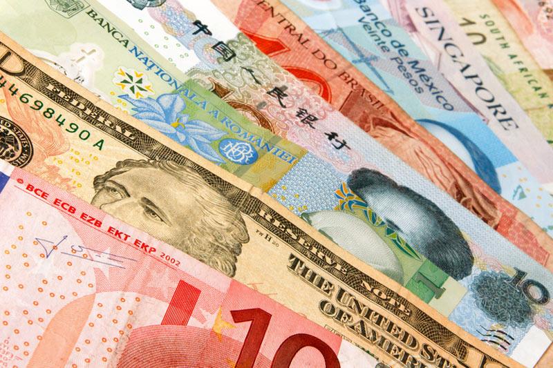 Доллар дешевеет к большинству основных мировых валют