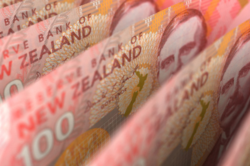 Forex - Kiwi drops against greenback in quiet trade