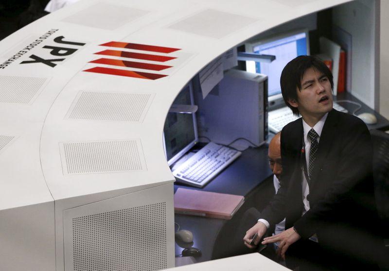 Японские акции закрылись снижением в преддверии выступления главы ФРС