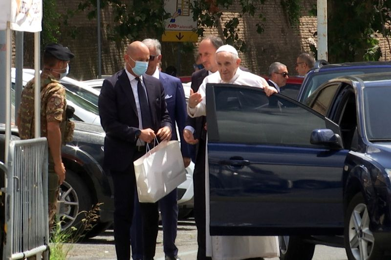 Papa Francisco volta ao Vaticano após cirurgia em hospital em Roma