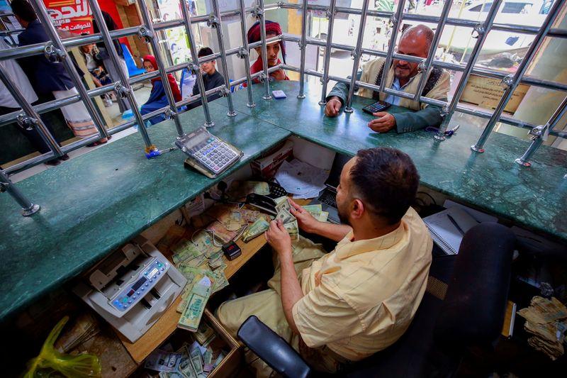 ارتفاع شديد للأسعار في اليمن في ظل اشتباك بين بنكين مركزيين متنافسين