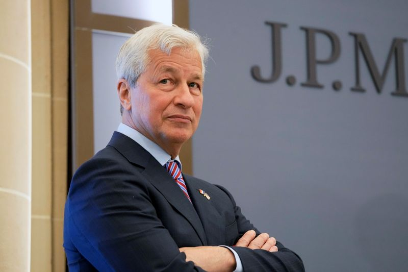 Analysis-JPMorgan hoards cash as Dimon expects rates to rise