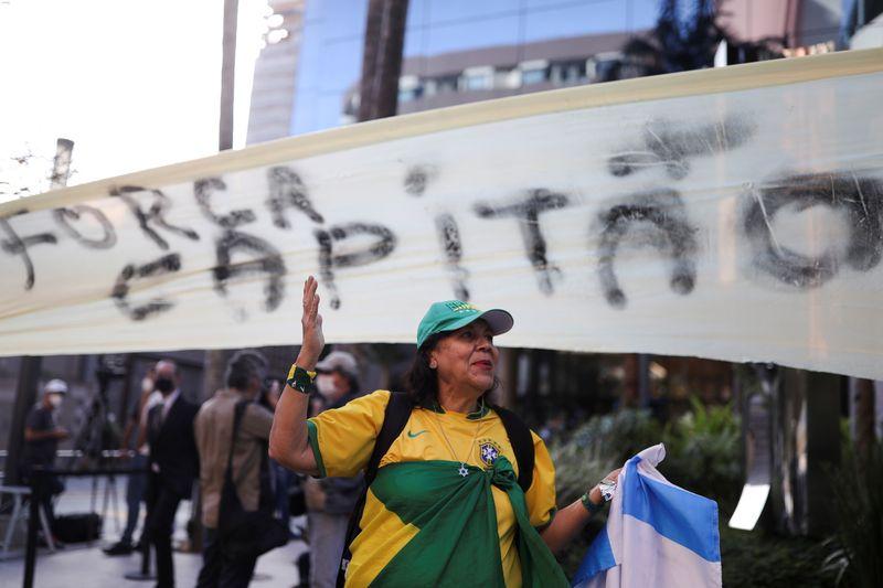 Bolsonaro segue sem previsão de alta; filho do presidente publica foto ao lado do pai em hospital