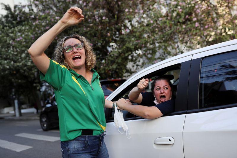 Bolsonaro despacha com ministros pelo celular e diz que estará de volta em breve