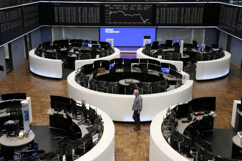 شركات المواد الأولية والسلع الفاخرة تقود أسهم أوروبا إلى ثالث خسارة يومية