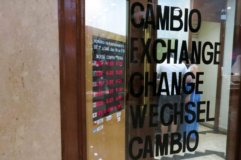 Dólar registra perdas semanais ante real com percepção de ambiente doméstico oportuno