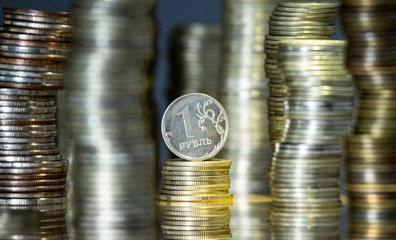 Дешевеющий в понедельник рубль вновь выглядит лучше валют-аналогов