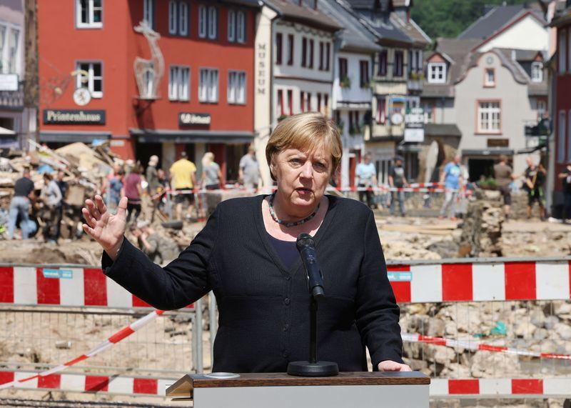 Merkel vai à região atingida por enchentes e enfrenta questões sobre plano de prontidão