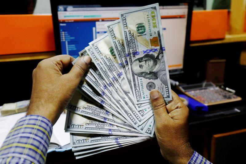 Dólar reverte alta e fecha na maior queda em uma semana com exterior