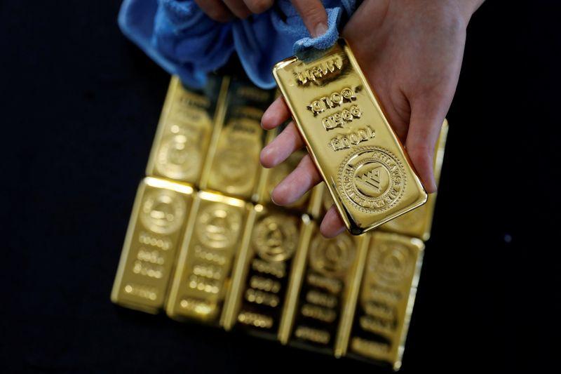 Золото падает почти до 2-недельного минимума из-за роста акций, доллара