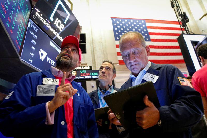 US STOCKS-Dow падает из-за данных о пособиях по безработице,
