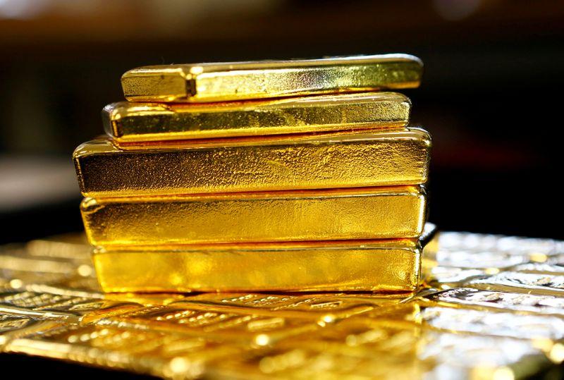METALES PRECIOSOS-Oro sube con los inversores aguardando la reunión de la Fed