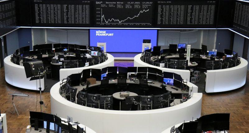 MERCADOS GLOBALES-Wall St cede desde máximos, dólar cae con mercado atento a la Fed