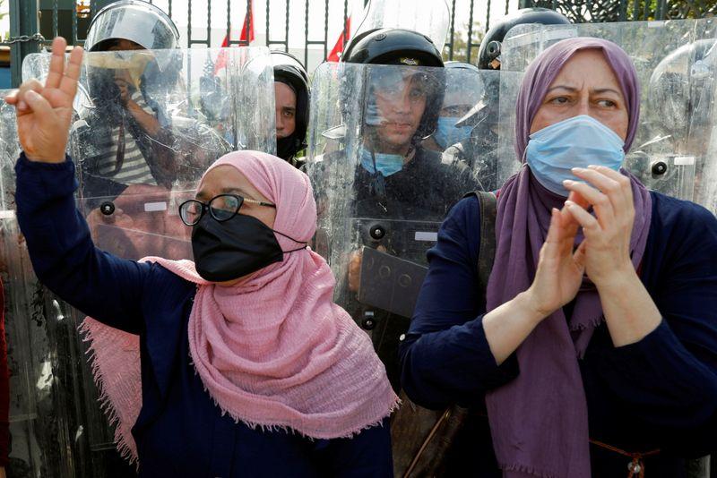 Президент Туниса распустил правительство и заморозил работу парламента