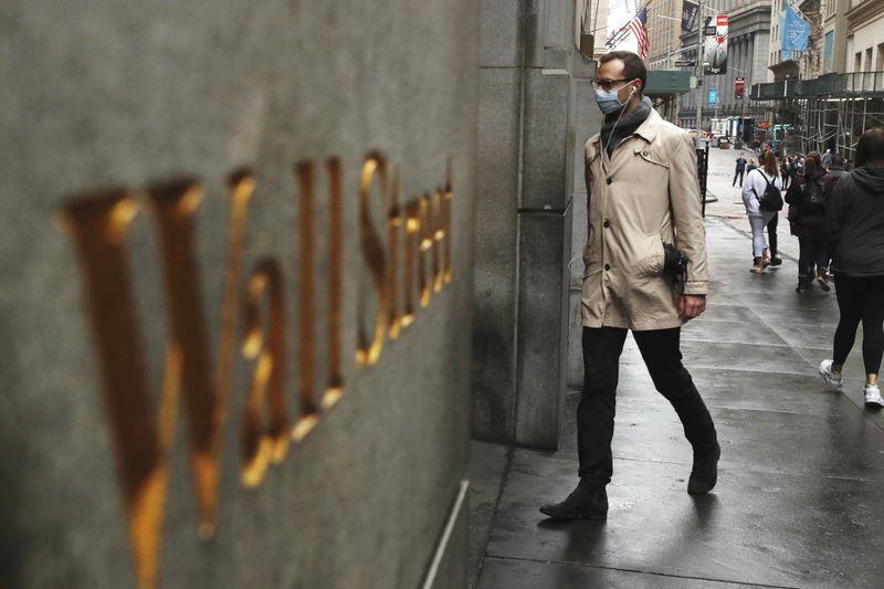 Wall Street ouvre en légère baisse, la prudence domine