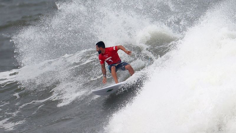 فيريرا يفوز بأول ميدالية ذهبية أولمبية في ركوب الأمواج