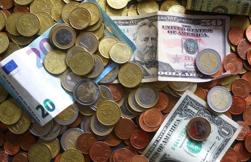 Forex, dollaro saldo aspetta Fed