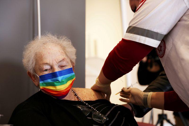 Israel ofrecerá un refuerzo de la vacuna de Pfizer a los mayores de 60 años