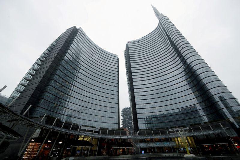 UniCredit beats profit forecasts as Monte dei Paschi talks start