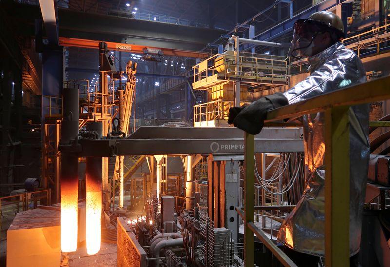 Власти РФ думают о привязке НДПИ для металлургов к мировым ценам -- агентства