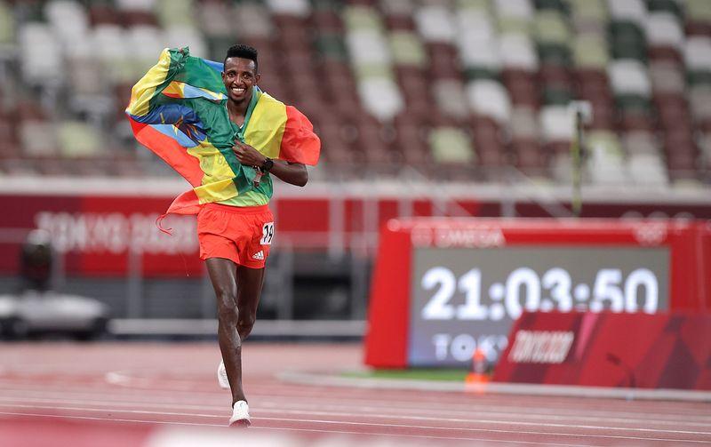 الإثيوبي باريجا يفوز بذهبية عشرة آلاف متر واستبعاد أمريكا من سباق التتابع المختلط