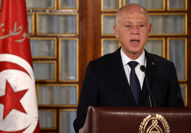 الرئيس التونسي يقول إنه لن يتحول إلى دكتاتور بعد اعتقال برلماني