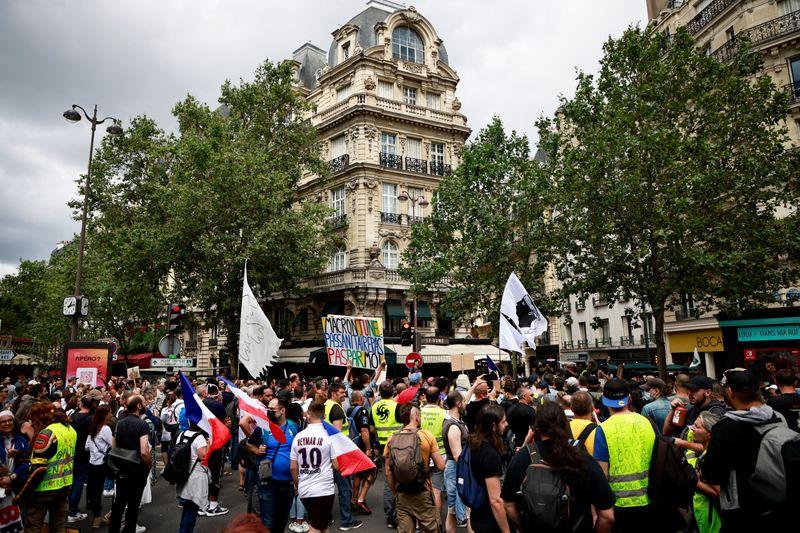 Miles protestan en Francia contra la aprobación de la ley sanitaria COVID-19