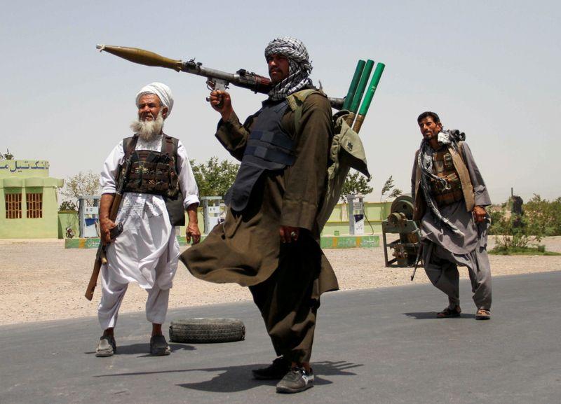 Cohetes talibanes alcanzan el aeropuerto de Kandahar cuando se intensifica el combate en Afganistán