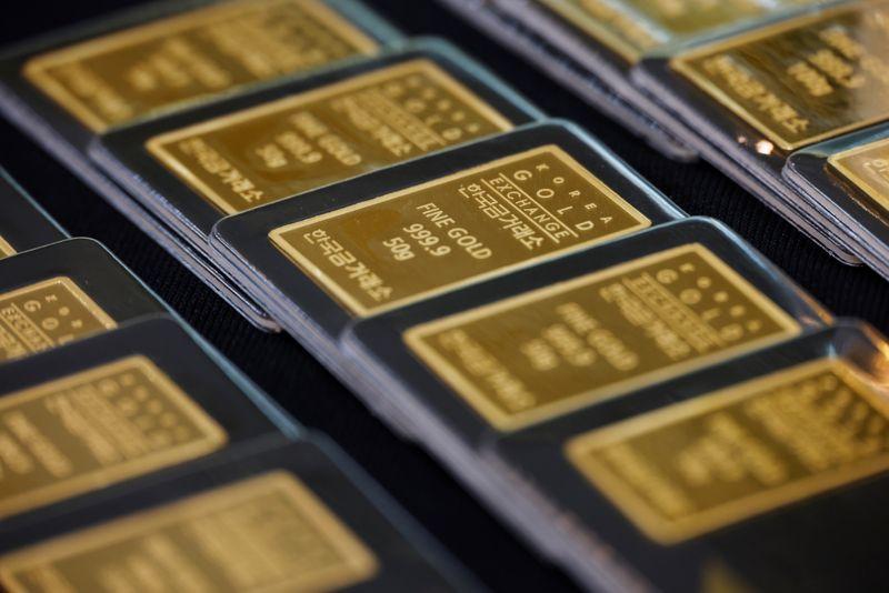 تراجع الدولار وعوائد السندات الأمريكية يدعمان الذهب بعد موجة مبيعات