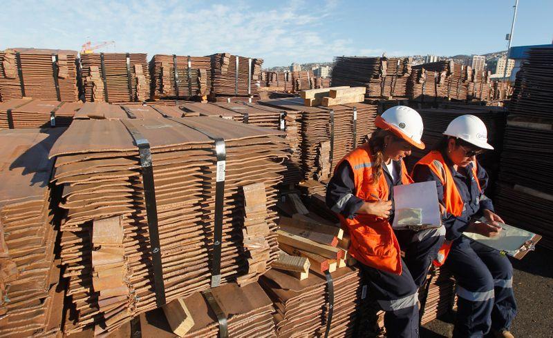 METALES BÁSICOS-Cobre cae por dudas sobre demanda tras débiles datos China