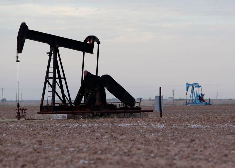 Цены на нефть падают более чем на 2% из-за тревог о коронавирусе