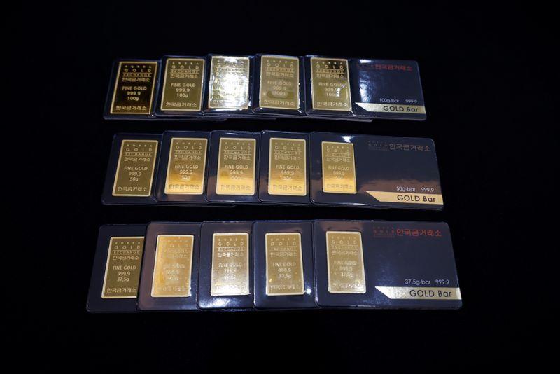 الذهب يرتفع بفعل ضعف الدولار قبل بيانات الوظائف الأمريكية
