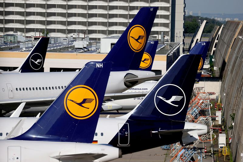 Lufthansa narrows loss on cost cuts, booking recovery