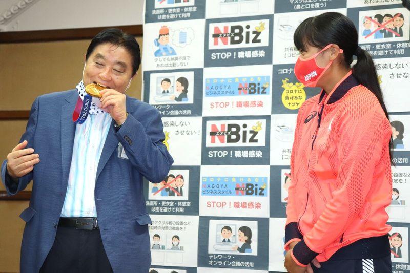 トヨタ「あるまじき行為」、金メダルかんだ名古屋市長を批判
