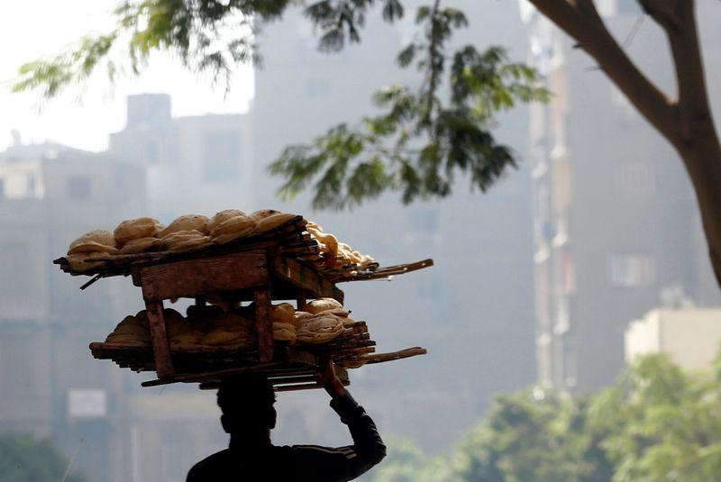 صدمة بين محدودي الدخل في مصر بعد حديث السيسي عن رفع سعر الخبز المدعم