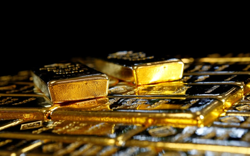 METALES PRECIOSOS-Oro baja a menor nivel en una semana por expectativas de fortaleza del dólar