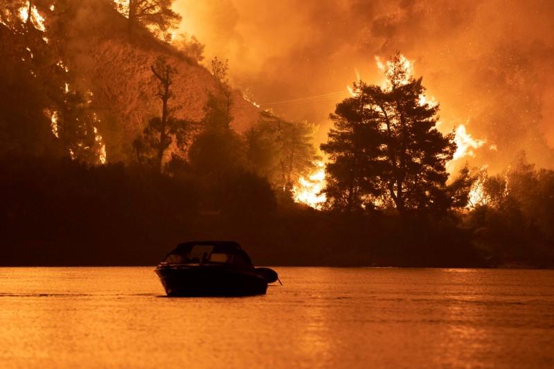 Les incendies progressent autour d'Athènes