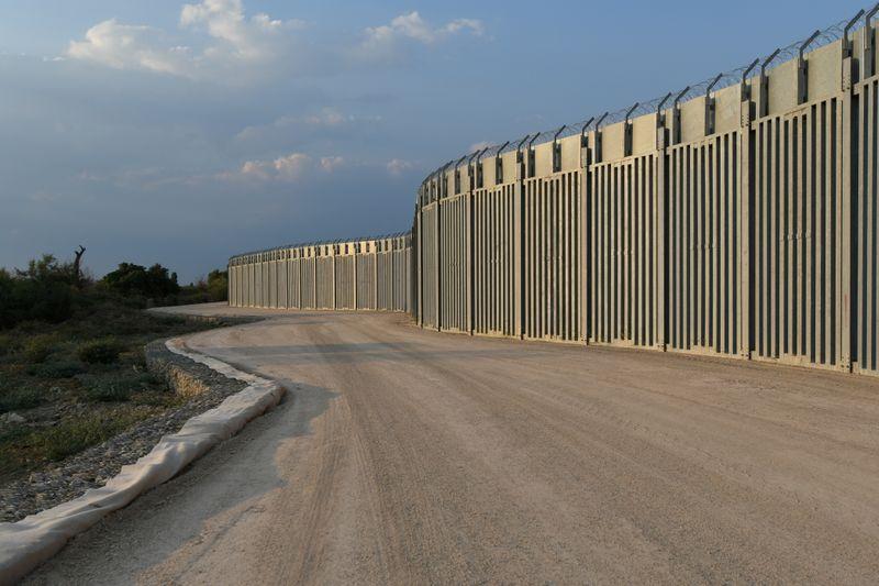 Grécia conclui ampliação de cerca na fronteira para deter eventuais imigrantes afegãos