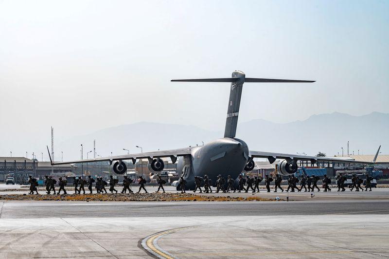 EUA convocam aéreas comerciais para transportar os que deixaram o Afeganistão