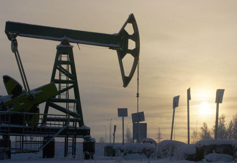 Preços do petróleo saltam 5% após 7 dias de perdas; recuo do dólar impulsiona mercado