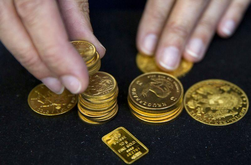 Золото дешевеет, оставаясь выше $1.800 на фоне сомнений о сворачивании стимулов