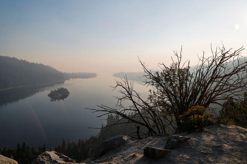 Residentes y turistas instan a evacuar mientras el incendio de California se acerca al lago Tahoe