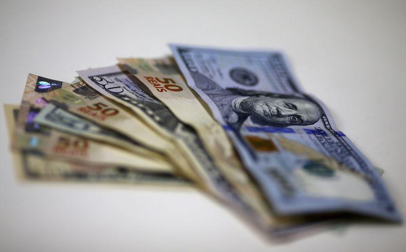 Antes de Ptax, dólar desce à casa de R$5,11 com exterior positivo e dados locais melhores