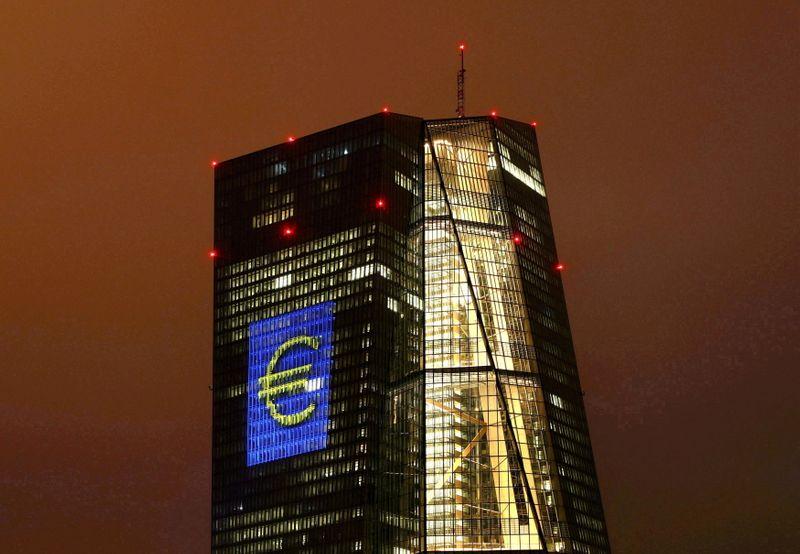 Член руководства ЕЦБ: приступать к сокращению скупки активов надо уже в 4 кв -- Bloomberg