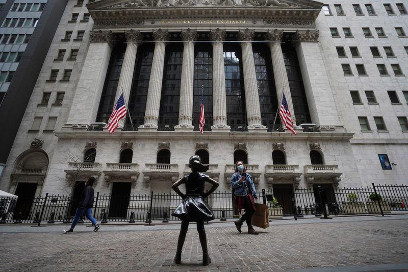 Wall Street cierra la sesión con bajas, pero con un avance en agosto