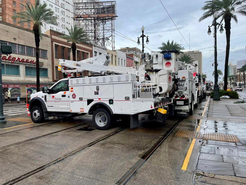 © Reuters. FILE PHOTO: Energy power crews work to restore power after Hurricane Ida struck New Orleans, Louisiana, U.S., August 30, 2021. REUTERS/Devika Krishna Kumar