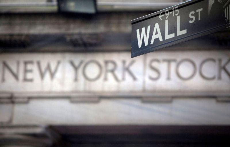 Borsa Usa, S&P 500, Nasdaq giù su perdite tech ma in corsa per guadagno mensile