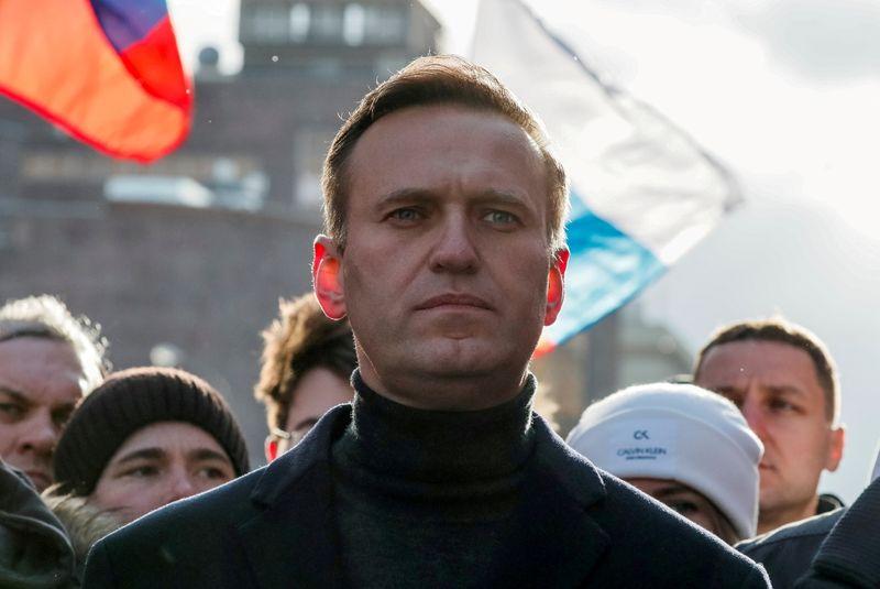 روسيا تهدد بتغريم أبل وجوجل ما لم تحذفا تطبيقا خاصا بالمعارض نافالني