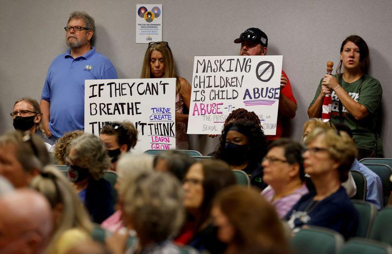 Com aumento da Covid, escolas da Flórida se revoltam contra regra estadual sobre máscara